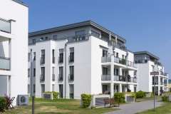 OlyJet Luftwärmepumpe an moderner Fassade